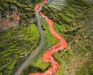 رودخانهای به رنگ خون که چشمها را خیره کرده است! +عکس