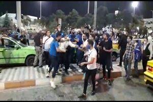 درگیری فیزیکی شدید بازیکنان استقلال با هواداران در فرودگاه +فیلم