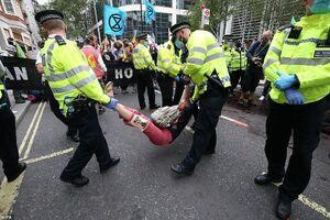 عکس/ معترضین مسیر عبور جانسون را مسدود کردند