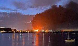 عکس/ آتش سوزی گسترده در یک مجتمع صنعتی انگلیس