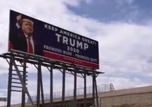 فیلم/ پایین کشیدن بیلبورد تبلیغاتی ترامپ