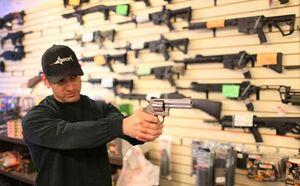 فیلم/ هجوم آمریکاییها برای خریدن سلاح!