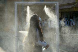 عکس/ اتاقک ضدعفونی دانش آموزان در کامبوج