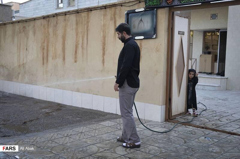 نظافت و آبپاشی جلوی منزل توسط فرزند شهید سیدحیدر سیادت