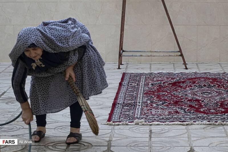 نظافت و آبپاشی حیاط خانه توسط همسر شهید سیدحیدر سیادت