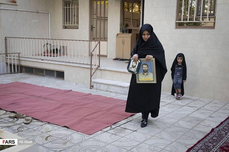 عروس خانه در حال آوردن تمثال مبارک شهید