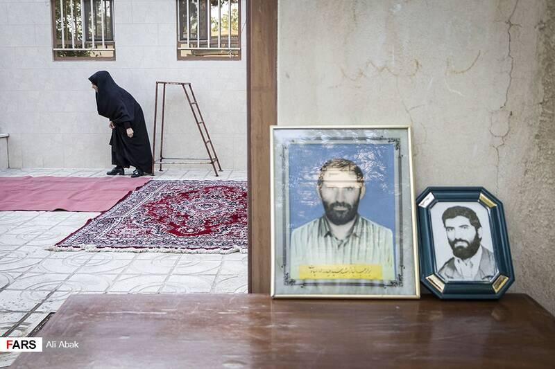 تمثال مبارک شهید جلوی در خانه
