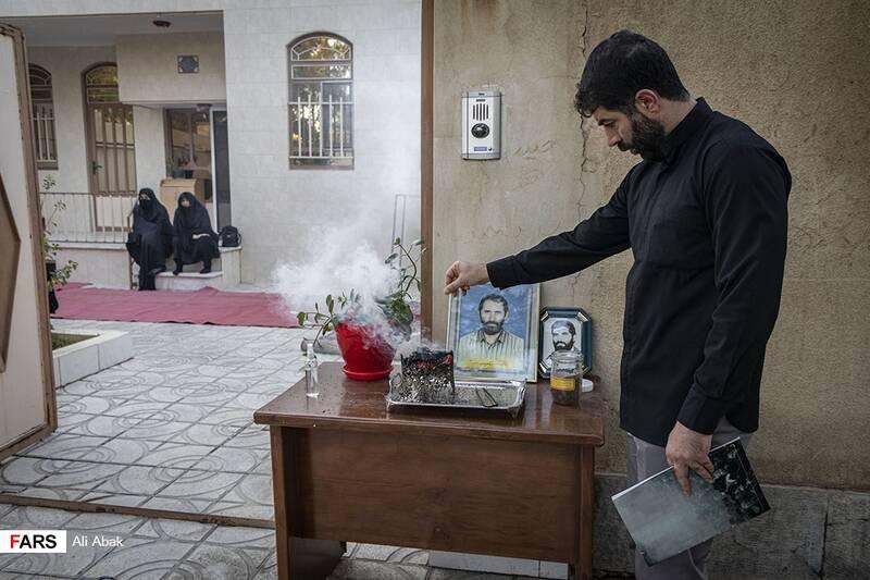 حضور فرزند شهید مقابل ورودی خانه برای استقبال از همسایگان