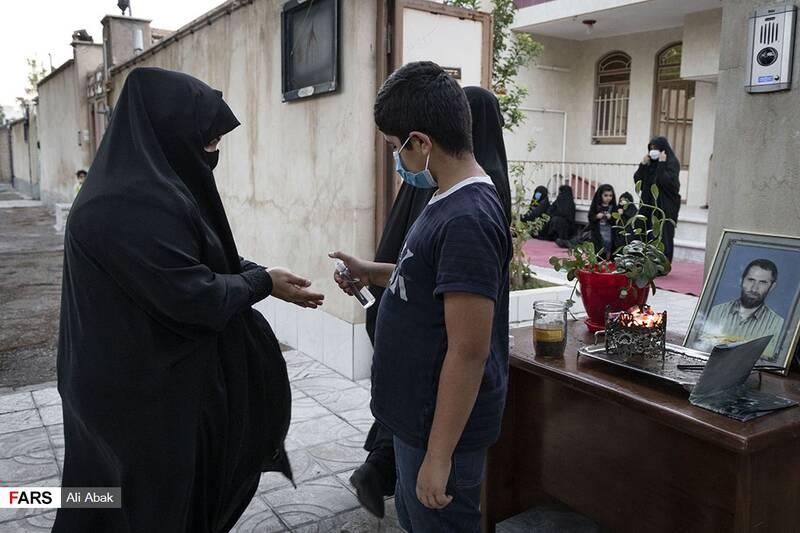 رعایت پروتکلهای بهداشتی هنگام ورود به منزل شهید سیدحیدر سیادت