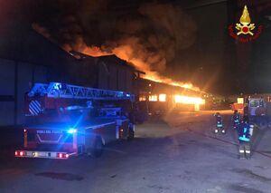 عکس/ آتش سوزی مهیب و انفجار در یک بندر ایتالیا