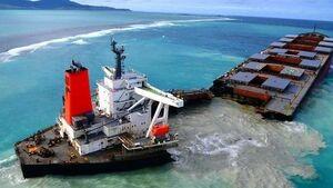 عکس/ نفتکش نصف شده ژاپنی در سواحل موریس