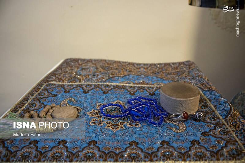 جانماز حاج فیروز؛ به گفته فرزندانش در همان مکان همیشگی در زیر زمین خانه اش به نماز شب می نشست و با معبودش خلوت می کرد