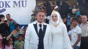 توزیع شام عروسی زوج ترک میان آوارگان سوری +عکس