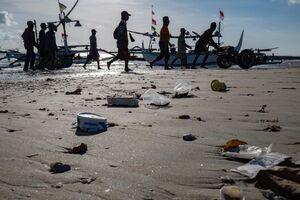 عکس/ رها کردن زباله در ساحل