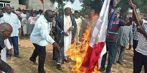 عکس/ سوزاندن پرچم فرانسه در نیجریه