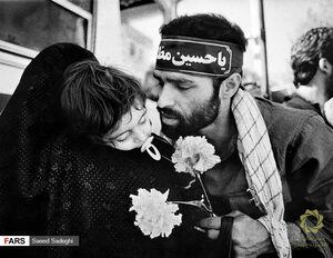بوسه آوارگان بر خاک وطن + عکس
