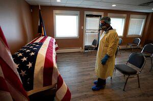 عکس/ اجساد قربانیان کرونا در آمریکا