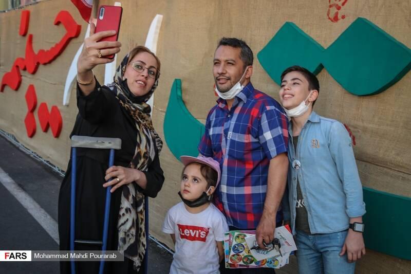 عکس یادگاری با دیوار موضوعی نمایشگاه