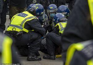 برخورد خشن پلیسانگلیس با معترضان