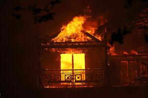 عکس/ آتش سوزی کالیفرنیا به مناطق مسکونی رسید