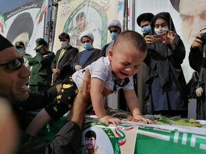 عکس/ تشییع پیکر شهید مرزبان روی دستان مردم کهگیلویه