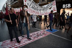 عکس/ پرچم آمریکا زیر پای مردم یونان