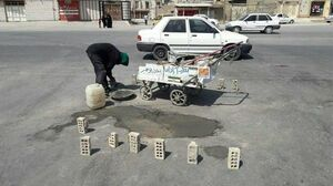 شهروندی که با هزینه خود چالههای شادگان را پر میکند! +عکس