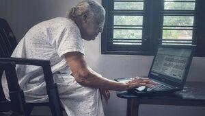 مهارت جالب مادربزرگ ۹۰ ساله در استفاده از لپ تاپ! +عکس