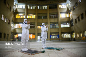عکس/ نماز خواندن پرستاران با لباس ایزوله