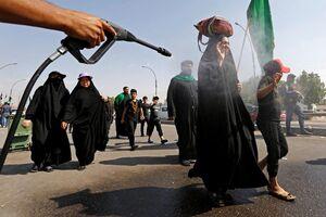 خنک کردن زائران پیاده عراقی عازم کربلا برای شرکت در اربعین حسینی