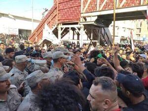 درگیری تظاهرکنندگان عراقی با نیروهای امنیتی در مقابل حرم حسینی
