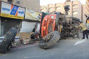 فیلم/ تصادف کامیون با تیر برق در رشت