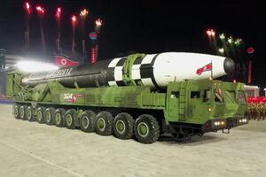 نگاهی به رژه بزرگ ارتش کره شمالی/ رونمایی از موشکی که تمام خاک آمریکا را هدف قرار میدهد +تصاویر