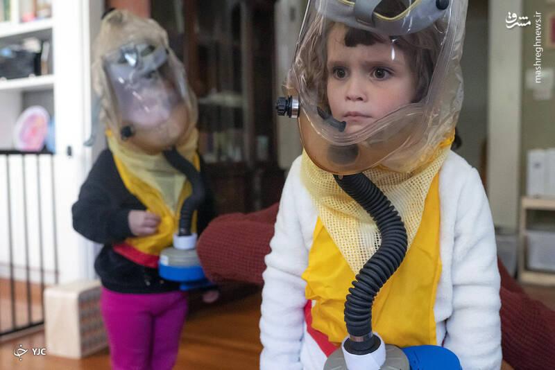 بادی مای واکر، 4 ساله، با ماسک تنفسی کودک خود که توسط سازمان غیرانتفاعی TeamRaccoonPDX در پورتلند، اورگان تهیه شده است، در آینه به خود نگاه می کند