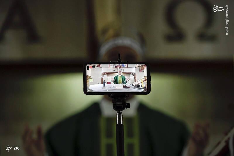 پدر هونگر مولینا به طور زنده در کلیسای La Anunciación del Señor در محله باروتا در کاراکاس، ونزوئلا
