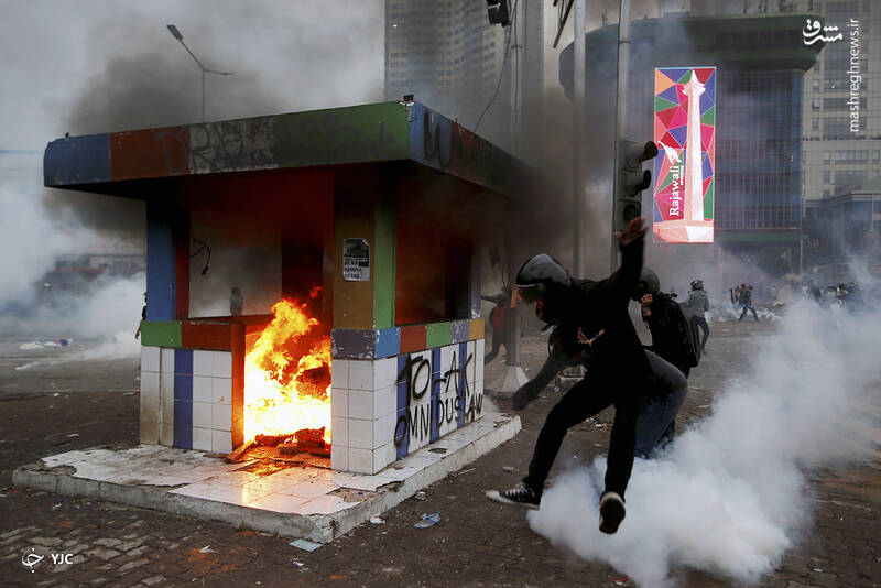 تظاهرکنندگان در اعتراض به اصلاحات کارگری در نزدیکی کاخ ریاست جمهوری در جاکارتا، اندونزی، ایستگاه پلیس را به آتش کشیدند