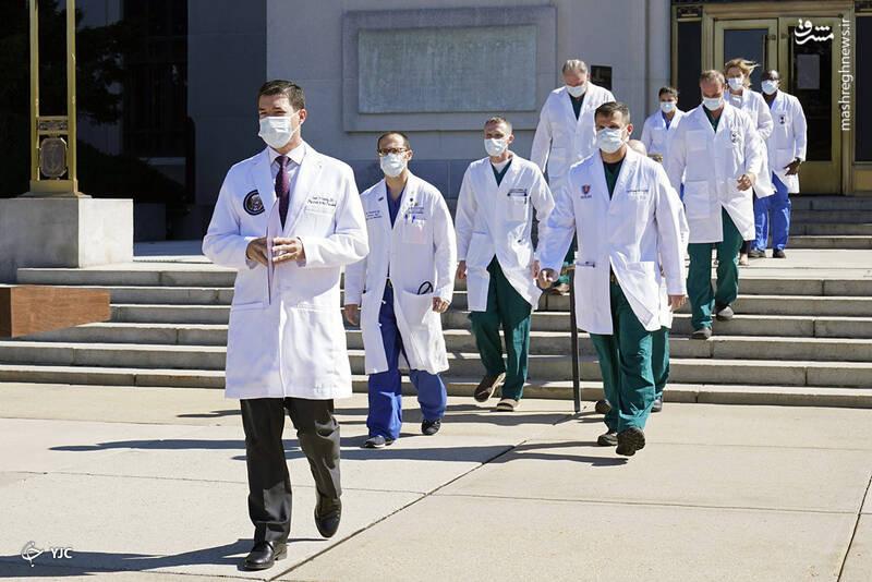 شان کانلی، پزشک رئیس جمهور ترامپ، همراه تیم پزشکان برای مصاحبه با خبرنگاران در مرکز پزشکی ملی نظامی والتر رید در بتسدا، مریلند