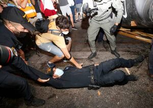 فیلم/ زیرگرفتن معترض توسط خودروی پلیس صهیونیستی
