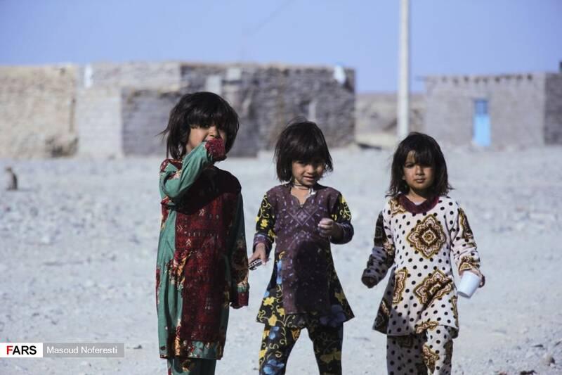 کودکان معصوم روستا که از حضور جهادگران لشگر ویژه شهدا ابراز شادمانی میکنند.