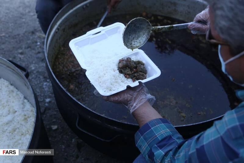 پخت 3000 غذا و توزیع بین مردم و اهالی روستاهای مرز نهبندان