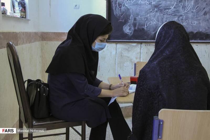 دکتر علیزاده متخصص زنان و زایمان در حال ویزیت بانوان روستا