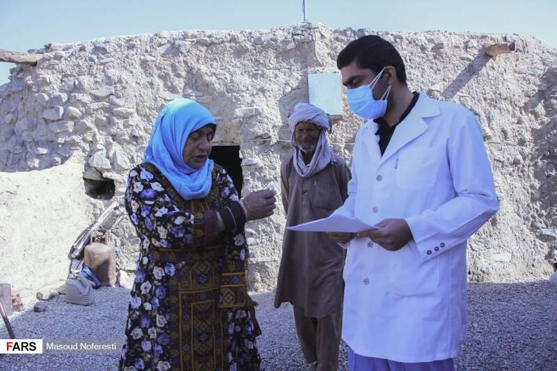 دکتر دارابی در حال ویزیت مردم روستا