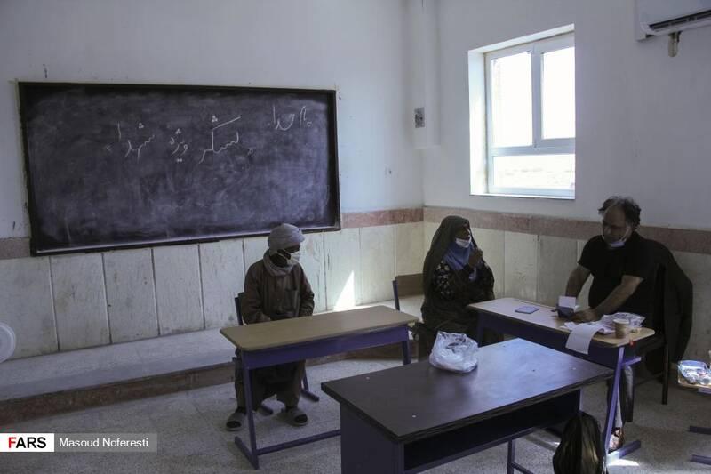 دکتر قائمی رئیس سابق دانشگاه علوم پزشکی بیرجند در حال ویزیت اهالی روستا