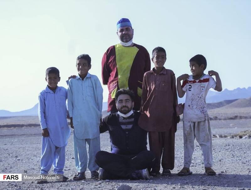 حضور کادر درمان و جهادگران گروه جهادی «لشکر ویژه شهدا» در بین کودکان روستا