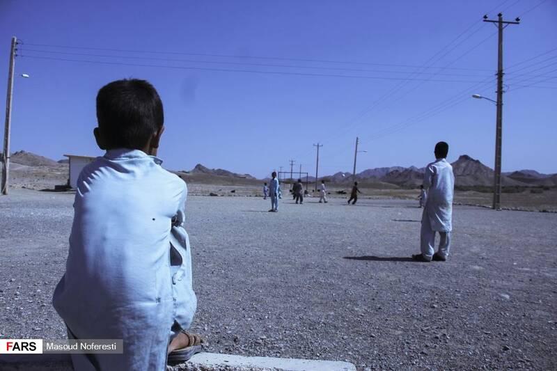 علی کودکی از اهالی روستا که به دلیل آسیب دیدن دستش مشغول تماشای مسابقه کودکان روستا است.