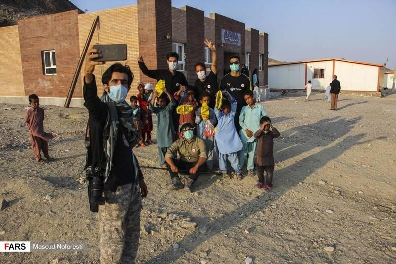 گرفتن سلفی جهادگران لشکر ویژه شهدا با کودکان روستا