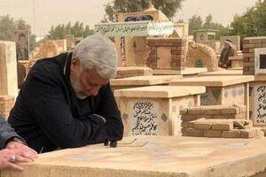 عکس/ شهيد ابو مهدی المهندس در كنار قبر مادرش در نجف  سال گذشته - کراپشده