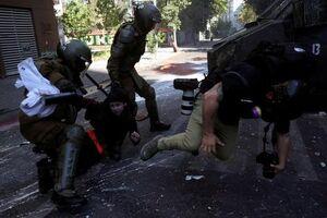 عکس/ برخورد پلیس ضدشورش شیلی با عکاسان