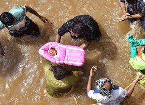 عکس/ نجات یک نوزاد از هجوم سیل