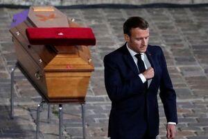 مکرون به معلم مقتول فرانسوی نشان افتخار داد - کراپشده